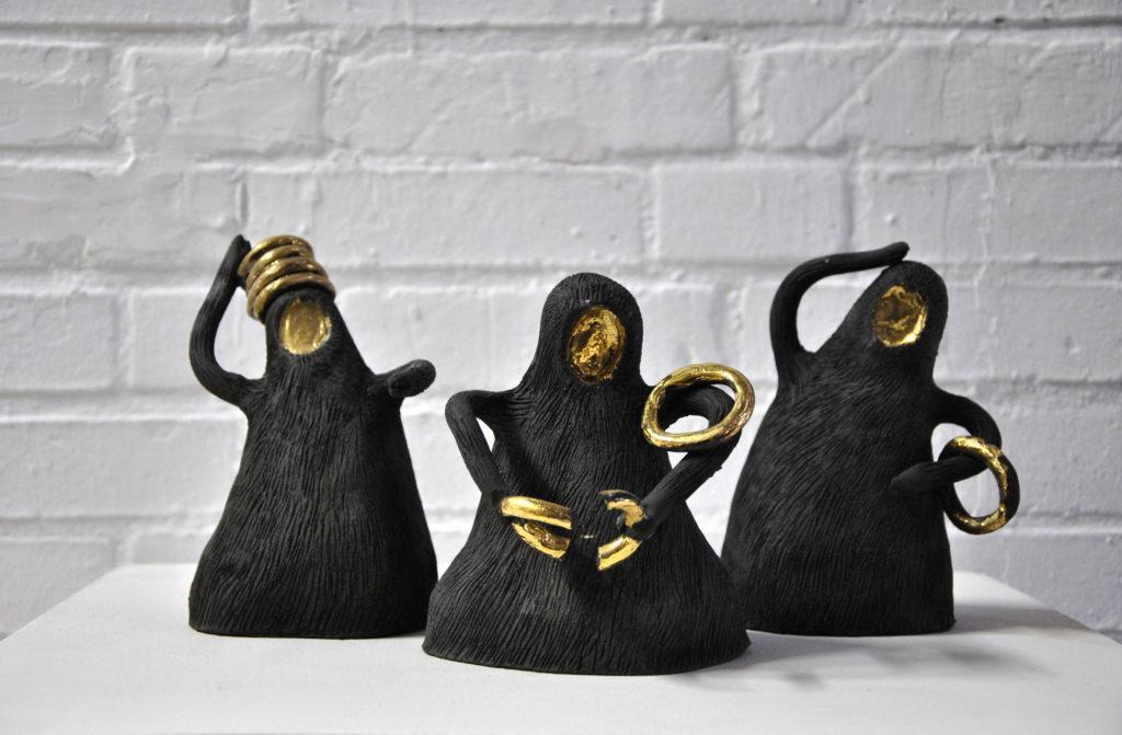 Série de 17 sculptures, 2019  Grès noir, or liquide, cuisson oxydante  Hauteur moyenne : 20 cm  Prix d'une sculpture : 130 euros